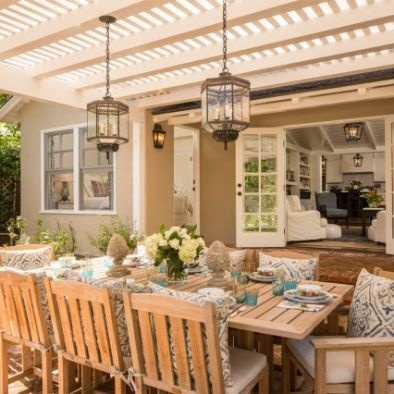 lighting fixtures, dinning table and fab table decor - outdoor dinning at it's best!