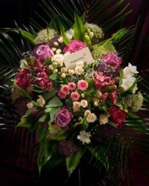 Buchet cu flori albe, roz şi mov