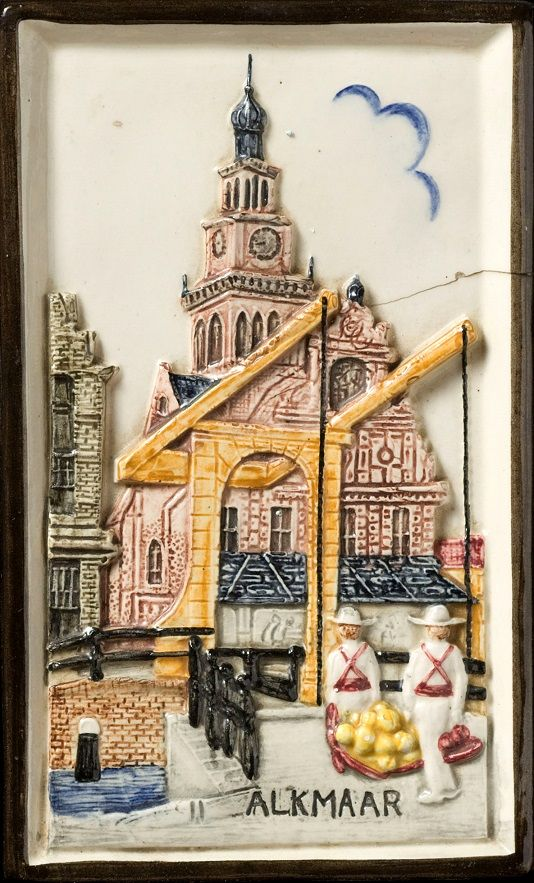 Tegel: Stadsgezicht kaasmarkt Alkmaar, Klinkenberg.6, 1920 - 1950. Coisonnetechniek, Nederlands Tegelmuseum