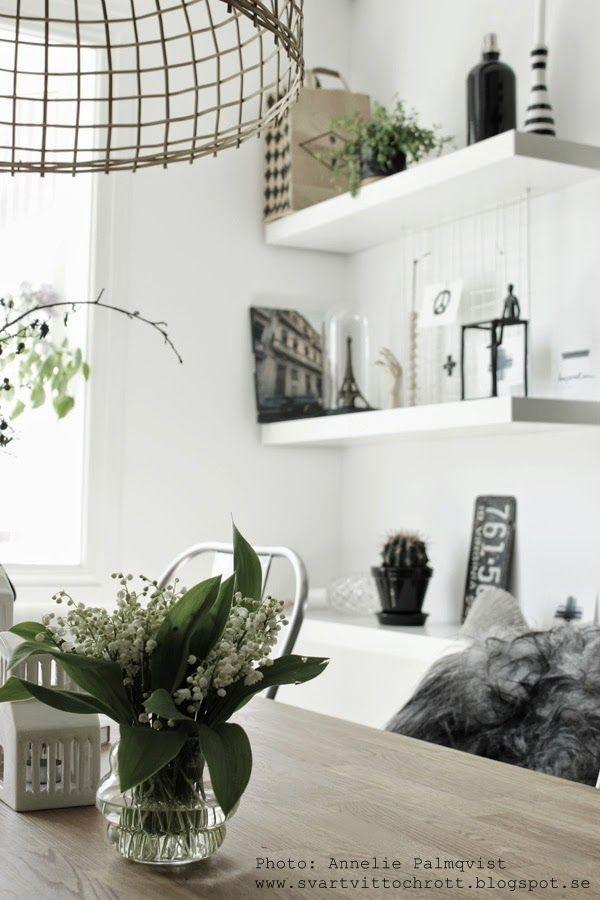 liljekonvaljer, blommor, vita hyllor, matsal, matbord, svartvitt, svartvita detaljer, gammal plåtskylt, nummerplåt, eiffeltorn, korglampa, taklampa, inredning, vitt, vita, svart, svarta, details, dekoration, på bordet, kähler, kaktus, flytande hyllor,