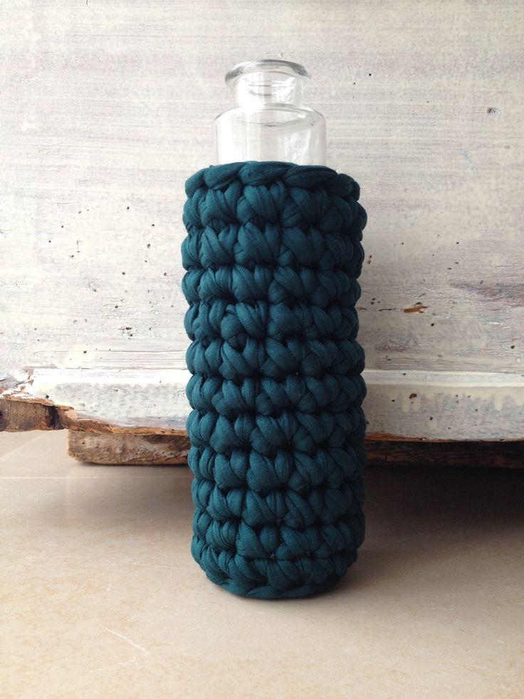 Petit vase, soliflore en verre transparent habillé de sa housse vert chasseur crochetée main en tissu (zpagetti, trapillo, tshirt : Accessoires de maison par knit-and-lovely-ideas