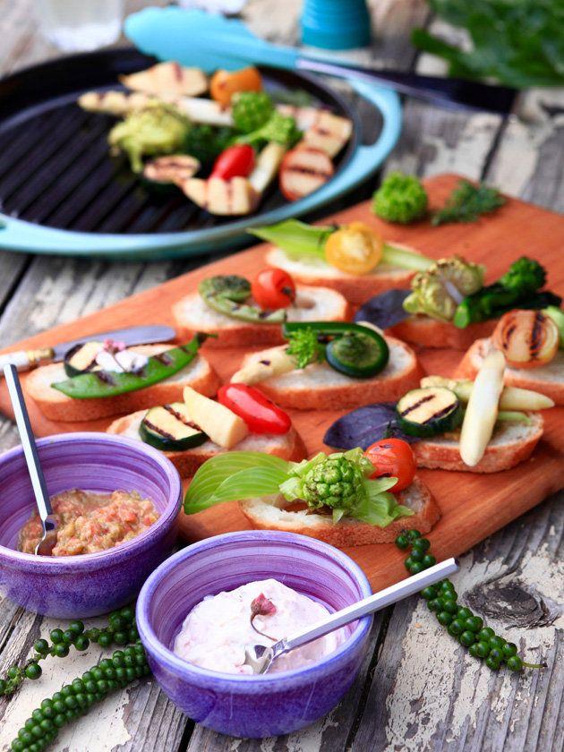 【ELLE a table】春野菜グリルのタルティーヌ 桜の花と豆乳フロマージュディップ&ふきのとう味噌とトマトのディップ添えレシピ|エル・オンライン