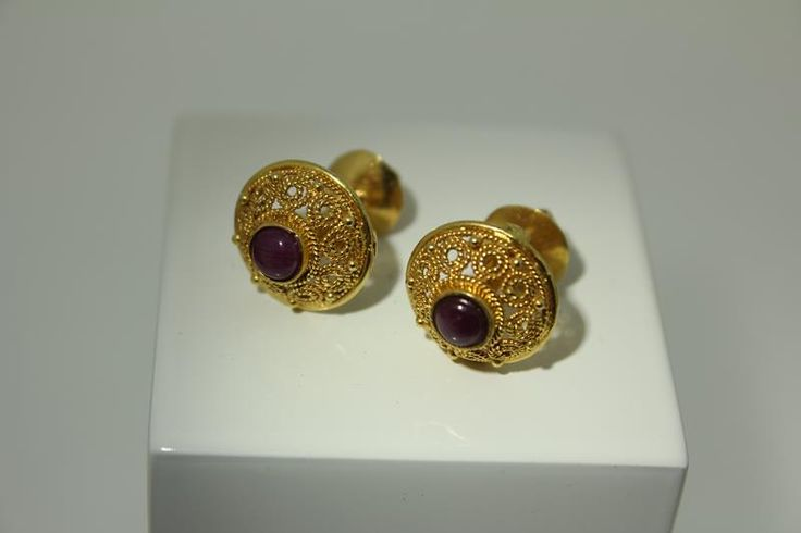Vintage look 18 carat golden earrings with rubies. For €276,-. http://www.goldbergjuweliers.nl/shop/products-page/goud/18-krt-robijn-oorbellen