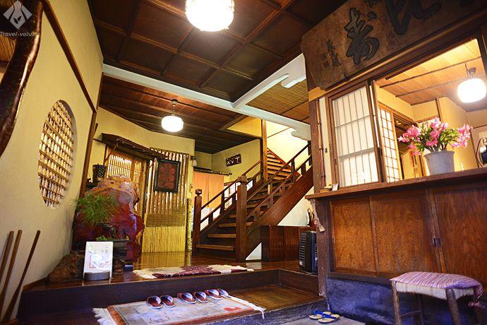 温泉宿の雰囲気を残した入り口付近と1階席
