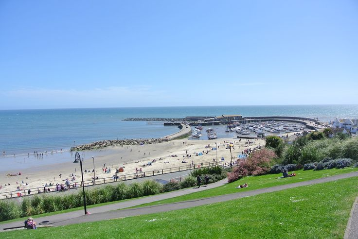 The Weather was great last Saturday so we decided to go to Lyme Regis ,the little coastal  town in West Dorset full of history.Part of the Jurassic Coast,Lyme Regis is made for us all: from