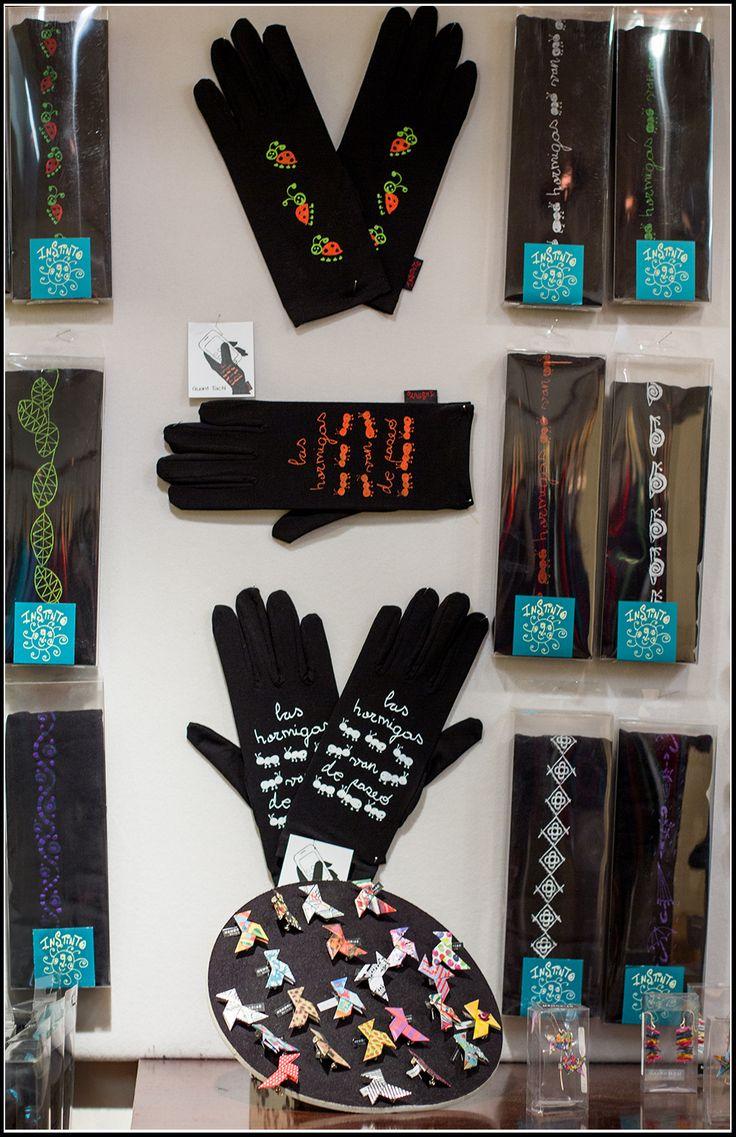 Guantes y medias serigrafiados en la tienda de Barcelona Instintobcn
