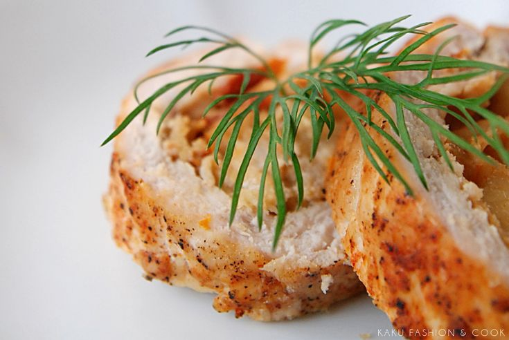 Pieczona rolada z indyka to pomysł nie tylko na pyszny obiad. Można ją wykorzystać również jako domową wędlinę (polecam!). Nadzienie jest bardzo aromatyczne, przygotowane z suszonych pomidorów, cebuli, czosnku oraz mozzarelli. U mnie ta rolada królowała na świątecznym...