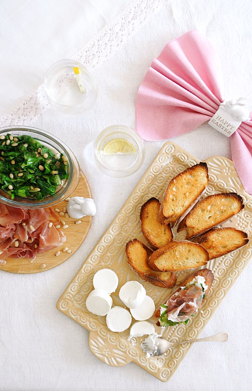 Брускеты со шпинатом, козьим сыром и прошутто