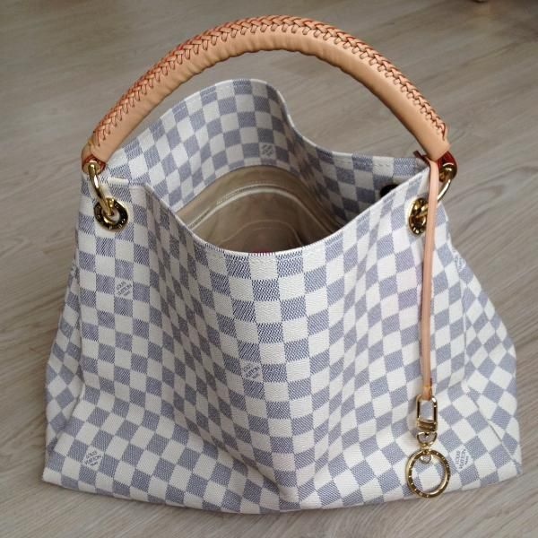 Tip: Louis Vuitton Handbag (Ivory)  Gotta have one day