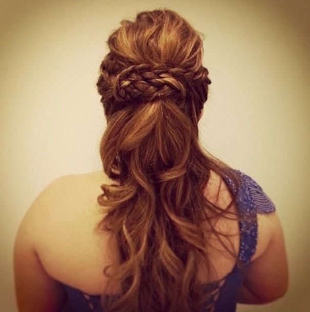 Adoro quando consigo fotos de penteados legais para postar por aqui! Se existem dúvidas em relação aos vestidos, os penteados não ficam atr...