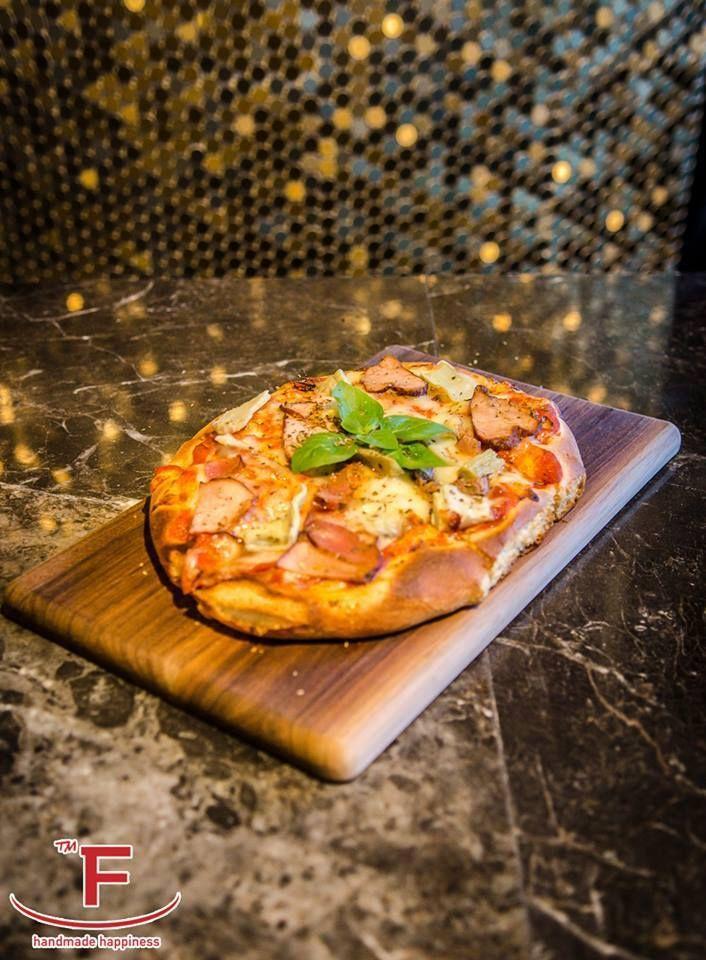 Focaccia, ένα νόστιμο Ιταλικό ψωμί  Η Φοκάτσια είναι ένα ιταλικό επίπεδο ψωμί και πρώιμο πρωτότυπο της σύγχρονης πίτσας , που καρυκεύεται με ελαιόλαδο , μπαχαρικά και άλλα προϊόντα . Η βασική συνταγή θεωρείται από μερικούς να έχει δημιουργηθεί από τους Ετρούσκους ή τους αρχαίους Έλληνες.  Διάφορες εκδόσεις αυτού του ιταλικού ψωμιού μπορούν να βρεθούν και σε άλλα μέρη του κόσμου. https://goo.gl/s1Oy9k