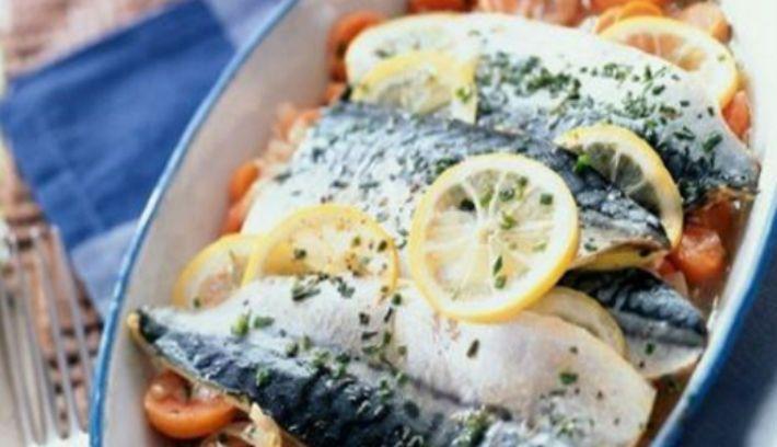 Для любителей рыбы мы собрали самые вкусные рецепты запеченной рыбы! 1. Обалденная вкусная запеканка картофельная с рыбкойПолучается изумительная хрустящая сырная корочка! И рыбка, и картошка в сливках со специями приобретают нежный пикантный вкус! Быстро, легко и вкусно! Рецепт для уютного семейного ужина, все будут довольны и сыты. Ингредиенты: — 5-6 картофеля — 500 г рыбы — 2 помидора — 1 большая луковица — сыр — зелень — сливки Приготовление: Многие соблюдают пост, поэтому сливки можно…
