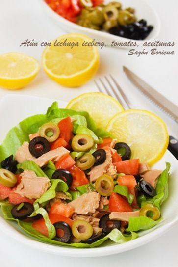 ensalada de atun con lechuga, tomate y aceitunas