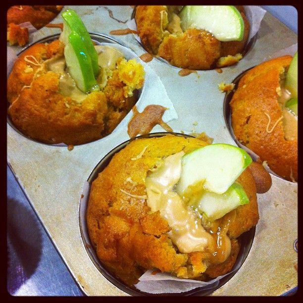 Muffins μηλο, κανέλα, μπισκότο μπαχαρικων με πραλινα βουτυρου.  CapCap Tip: το συγκεκριμένο γλυκό ηταν η αιτία να φάει μήλο η Χιονατη μετα τη γνωστή της περιπέτεια!