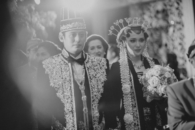 Black and white wedding photoshoot | A Foliage-Laden Central Javanese Wedding In Jakarta | http://www.bridestory.com/blog/a-foliage-laden-central-javanese-wedding-in-jakarta