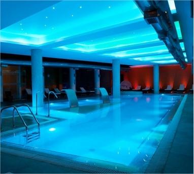 La vista nocturna de la piscina temperada de enjoy Coquimbo.