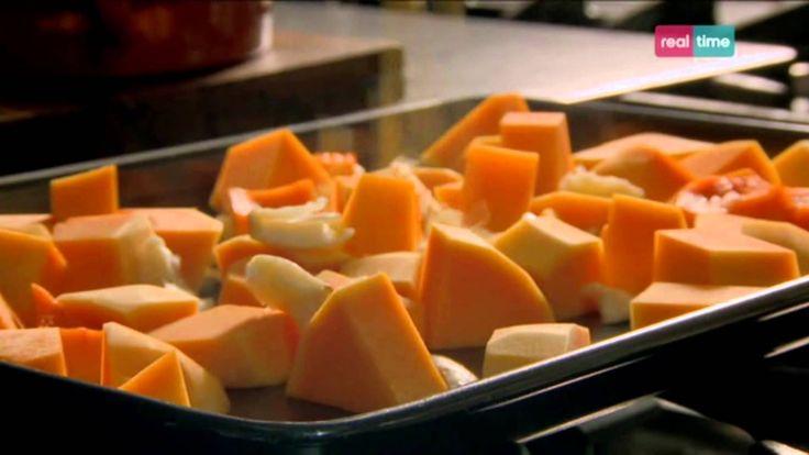 """Cucina con Ramsay # 18: Hummus di zucca al forno Accompagnato con un'insalata, è un pranzo delizioso e leggero. Viene fatto con la """"zucca butternut"""", cioè quella a forma di custodia di violino o a lampadina INGREDIENTI 1 zucca butternut di circa 850 gr. mondata e tagliata a cubetti 2 spicchi di aglio non sbucciati e pestati 1 radice di..."""