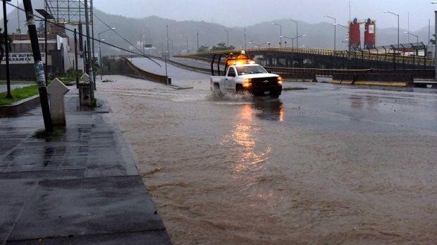 Huracán Patricia se debilita y azota México con vientos de 120 km/h