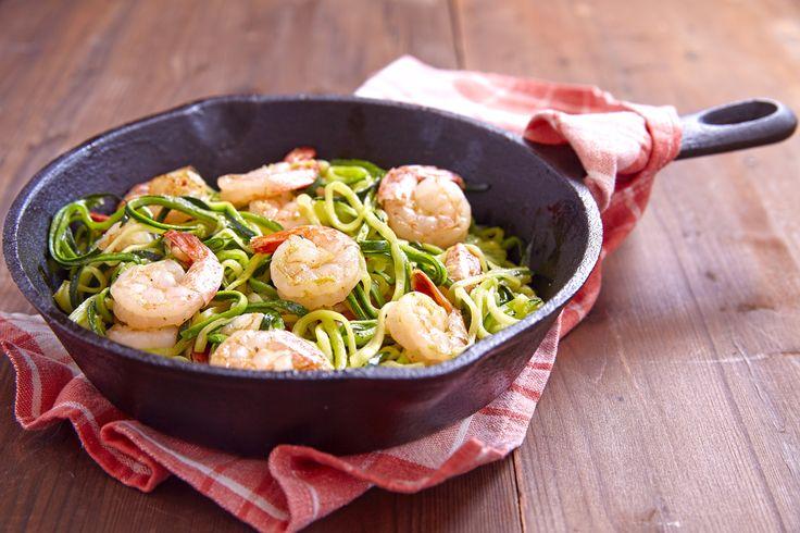 Courgetti is gezond, bevat weinig koolhydraten en je eet het alsof het spaghetti is! Probeer daarom dit heerlijke, low-carb garnalen en pesto recept.