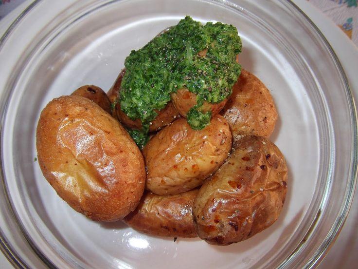 Cartofi noi la cuptor cu sos de usturoi verde