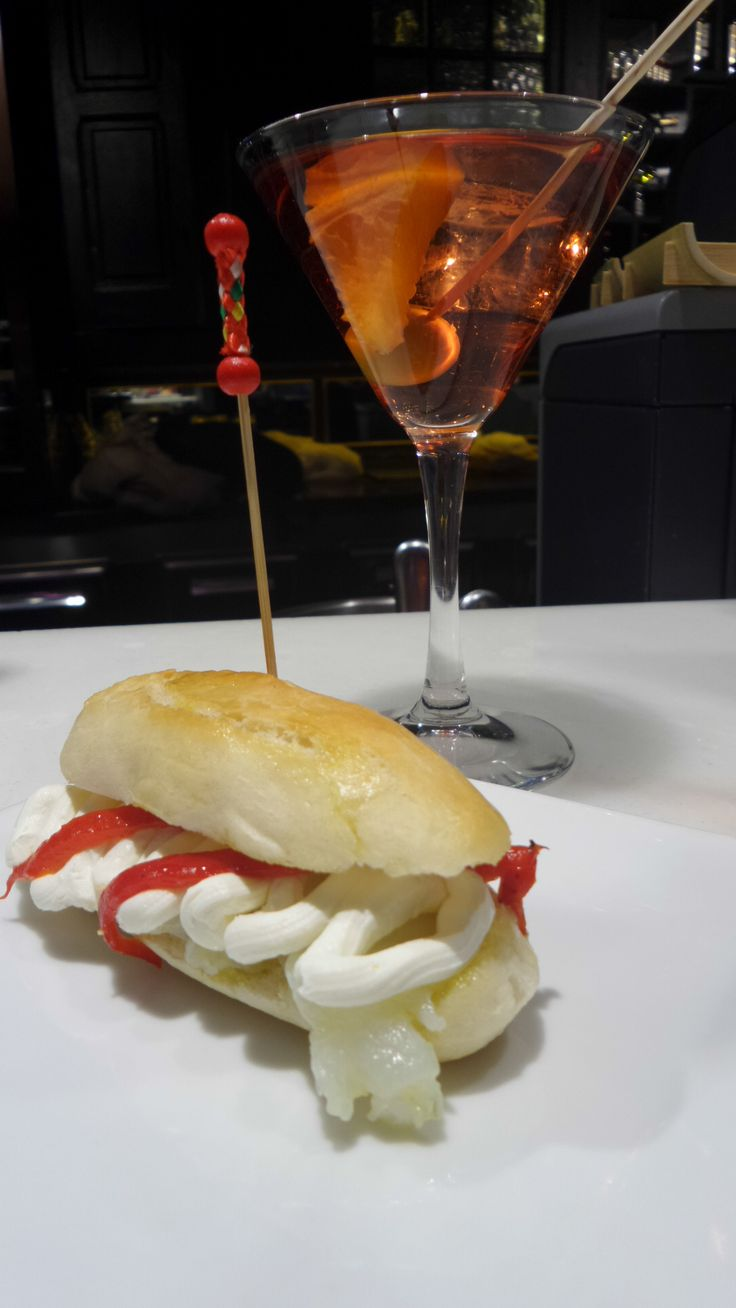 Perrito de bacalao con queso crema y un #vermut rosado suave Izaguirre para que tu aperitivo sea perfecto. Siempre en La Hora del Vermut.