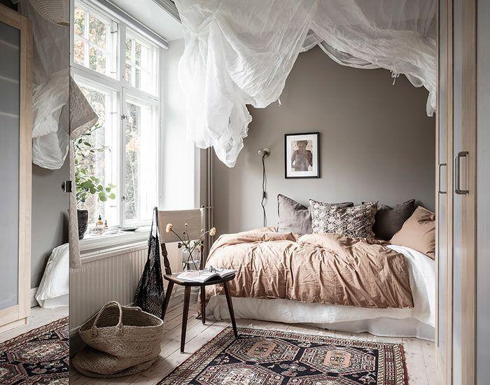 Inred ett harmoniskt sovrum med naturnära färger
