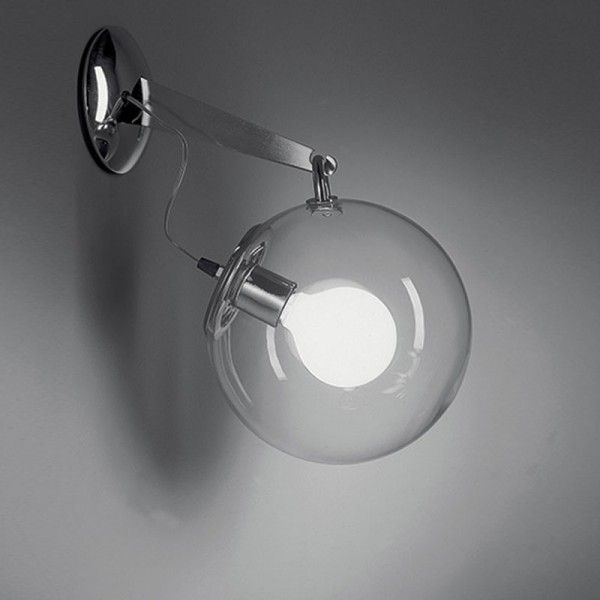 Lampada da parete e da soffitto, coordinate con i modelli da tavolo, terra e sospensione. Colore: struttura in metallo cromato lucido, diffusore in vetro soffiato trasparente.