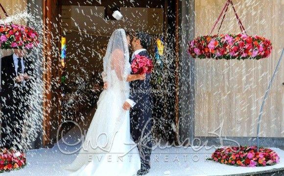 La magia degli addobbi floreali all'esterno della chiesa caratterizzano il lancio del riso agli sposi. | Cira Lombardo Wedding Planner