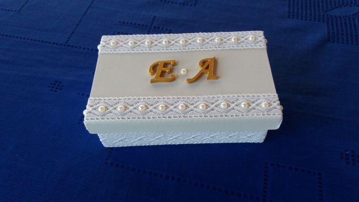 Caixa para convite de casamento ou festas com renda envolta nas laterais da caixa e na tampa com renda e aplicação de meia perola e no centro iniciais . www.elo7.com.br/esterartes
