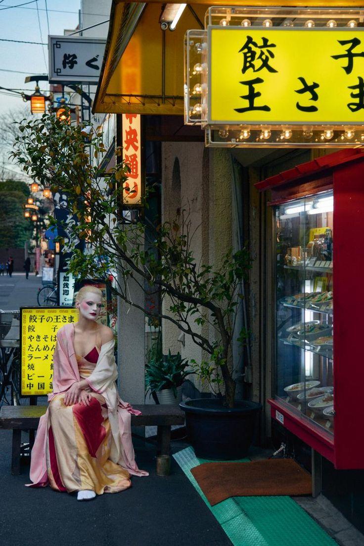 Robe du soir lingerie en patchwork de satin, SAINT LAURENT PAR HEDI SLIMANE. Kimono et chaussures vintage.