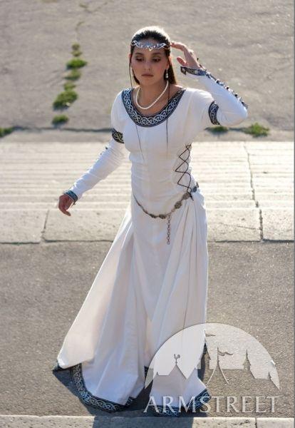 """Un abito medievali meraviglioso che si adatta ad ogni figura. Abito medioevale """"Dame"""". Viene confezionato con cura in purissimo cotone, ha dei lacci lungo le maniche e i fianchi e dei bellissimi ricami sulla scollatura, le maniche e sul bordo inferiore."""