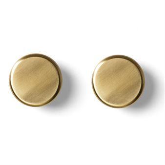 Den vackra Living krok 2-pack kommer från Menu och har en minimalistisk och tidlös design av Norm Architects. Krokarna har en ikonisk rund form med en skandinavisk touch och kan användas i nästan alla rum. Krokarna är också väldigt funktionella och perfekt att hänga handdukar, accessoarer eller jackor på. Kombinera gärna krokarna med andra delar från Living-serien av Norm.