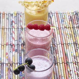Milk-shake aux framboises : mettre dans un blender le lait de riz, les framboises et une cuillerée à soupe de sirop d'agave, mixer, verser dans de grands ver