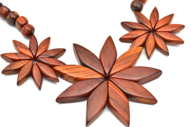 Collier 3 marguerites entèrement réalisé en bois d'Acajou.