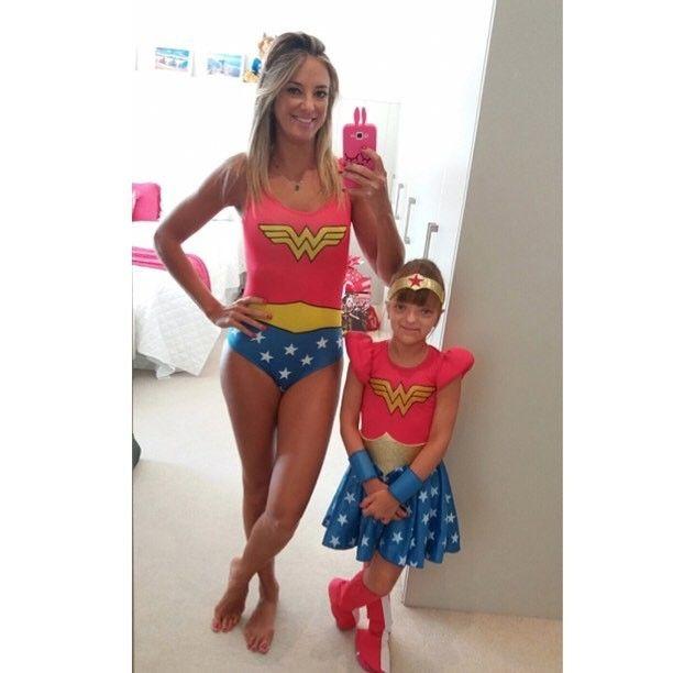"""Ticiane Pinheiro e Rafa Justus se divertiram com fantasias da Mulher Maravilha. """"Quando criança eu sonhava em ser a """"Mulher Maravilha"""" e mesmo sabendo que toda mãe é uma mulher maravilha por conseguir fazer mil tarefas ao mesmo tempo, hoje eu realizei o sonho de me fantasiar junto com minha """"mini Tici"""" que se vestiu …"""