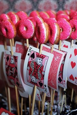 Decora tus pinchos de dulces con cartas. #DecoracionFiestas #FiestaCasino
