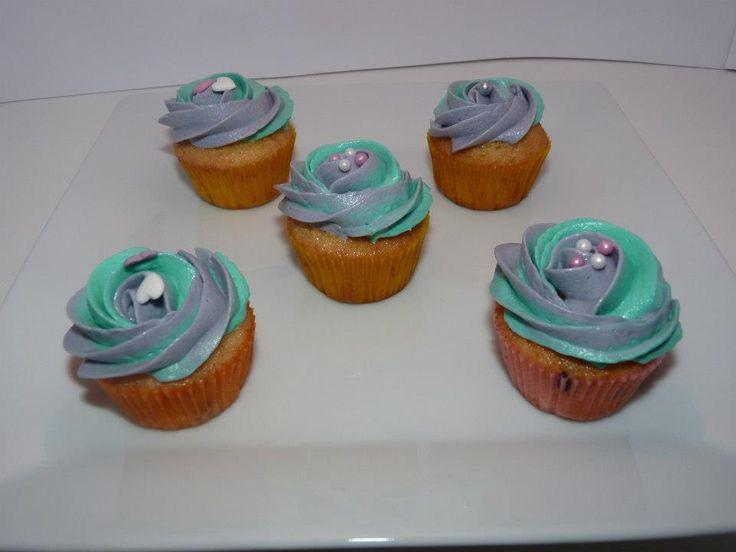 Minicupcakes de vainilla algunas con pepitas de chocolate y buttercream de colores.