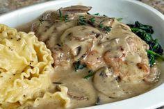 Υπέροχο κοτόπουλο στήθος σε κρεμώδη σάλτσα με μανιτάρια και ζυμαρικό μαφαλντίνες. Μια εύκολη συνταγή για να απολαύσετε ένα χορταστικό πεντανόστιμο πιάτο, γ