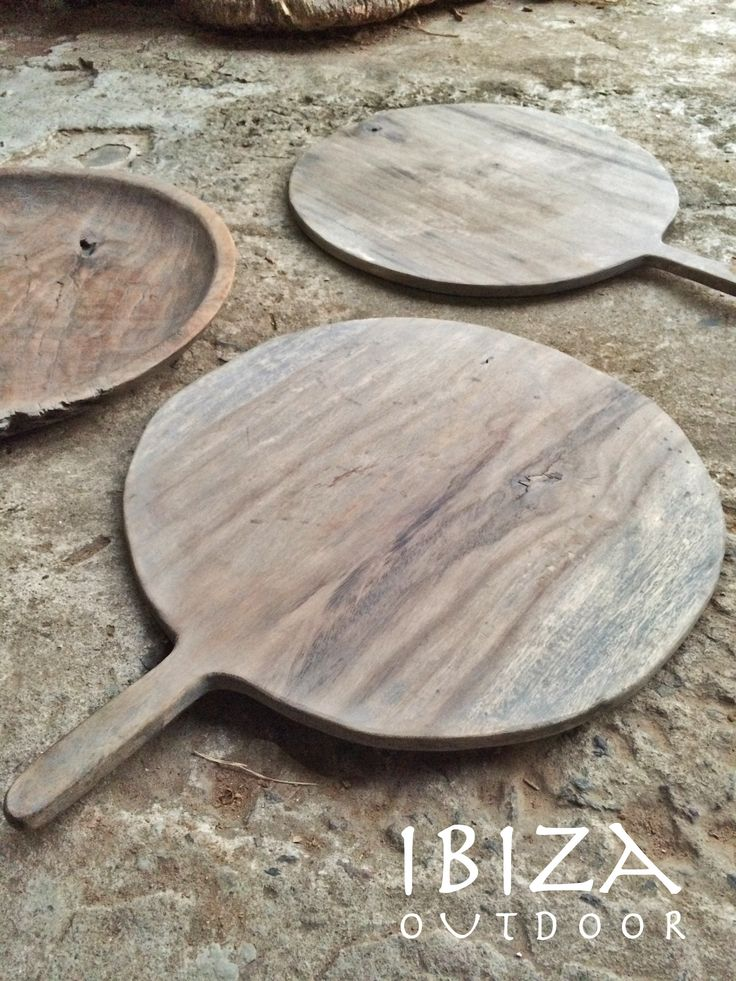 Leuke rustieke houten pizza borden laten maken, tevens ook een aantal oude donkere houten schalen gevonden. Bij interesse mail naar ibizaoutdoor@gmail.com ook voor een afspraak in de loods. gr Mees