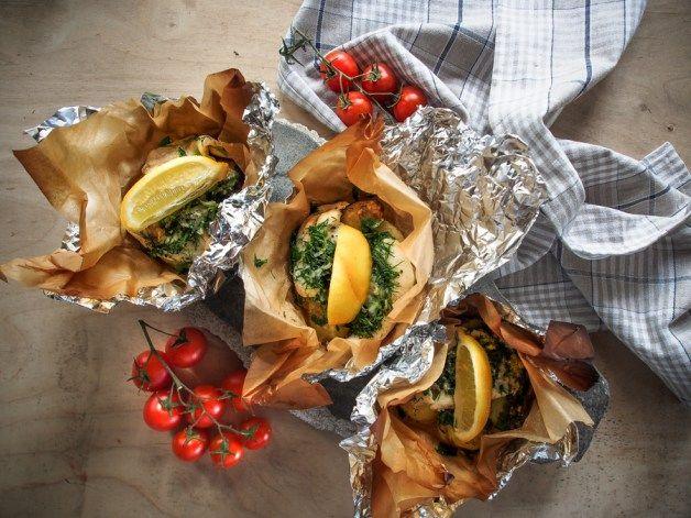 Kokonainen kesäinen ateria yhdessä foliokäärössä: Ahven-perunanyytit