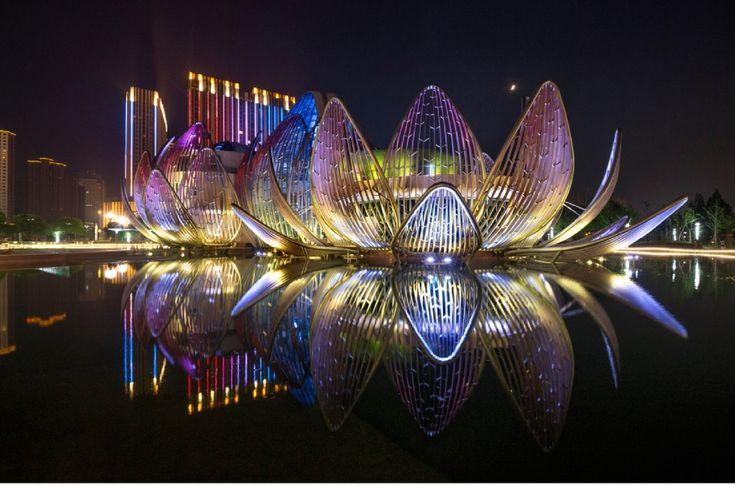 L'edificio a forma di loto  trae la sua energia dalla terra Si ispira alle forme della natura e si serve della geotermia