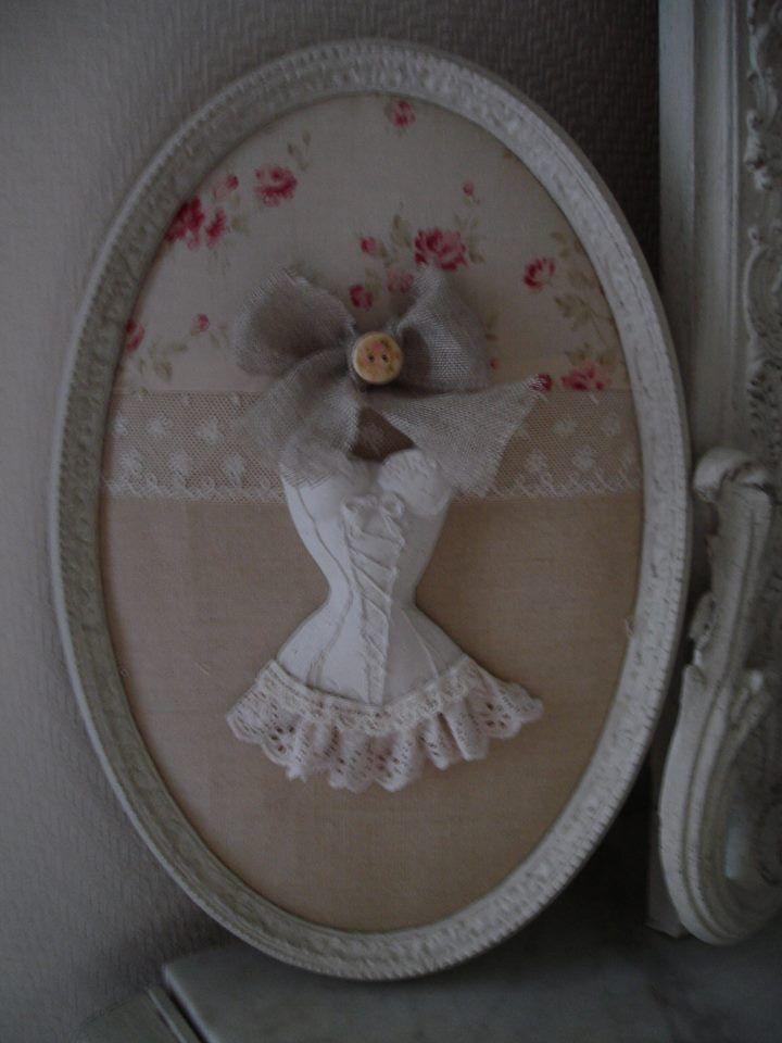 J'aime ce cadre ovale et l'association du tissu Tilda avec le lin uni et la dentelle