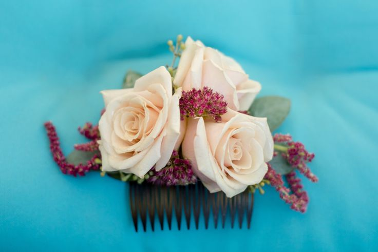 Beautiful bridal hair comb with fresh flowers (Maura Jane Photography)