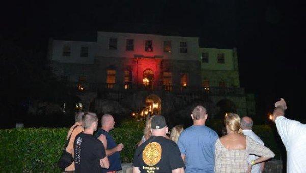 ROSE HALL GREAT HOUSE - Ubicado en la Bahía de Montego, este glamoroso hotel es una de las atracciones turísticas más populares de Jamaica, sobre todo por los mitos y leyendas que rodean a la figura de Annie Palmer, quien fuera la antigua propietaria del lugar y la cual llegó al Rose Hall en 1820 sorprendiendo a todos por su sangriento trato a los esclavos. Se dice que los tres esposos que Palmer asesinó llegan a rondar por las habitaciones del hotel al lado de centenas de trabajadores…