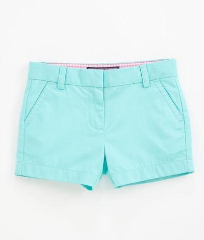 Son unos pantalones cortos azul.