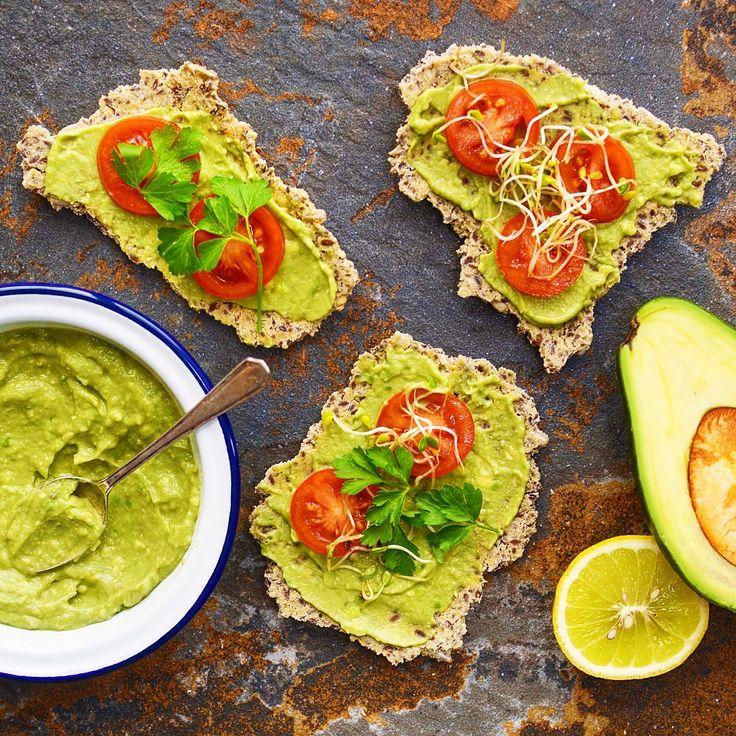 Fröknäcke med avocadosmör! Receptet finns i meny 28. 😊  www.allaater.se