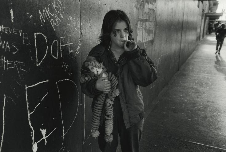 """Mary Ellen Mark, Lillie con su muñeca de trapo, Seattle, Washington. De la serie """"Streetwise"""", 1983. ©Mary Ellen Mark/ Cortesía: Howard Greenberg Gallery, Nueva York"""