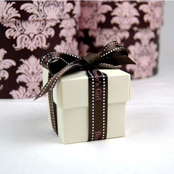 Nice creme box, easy to decorate to your theme.