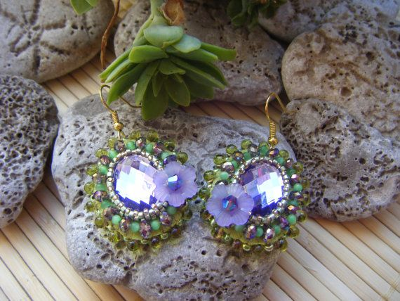 Oval lilac and pistachio green embroidered by TheVanityFair, €22.00