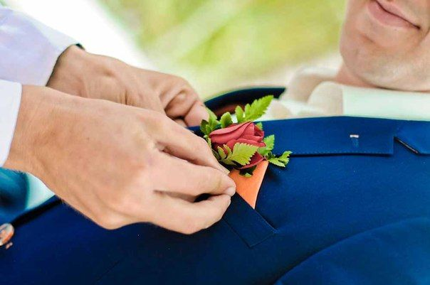 Свадьба в Доминикане (Weddings in the Dominican Republic); Бутоньерка для жениха, красная роза (Boutonniere for the groom, red rose)